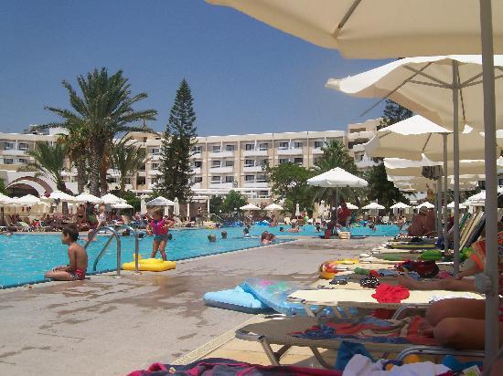 Louis Phaethon Beach: big pool