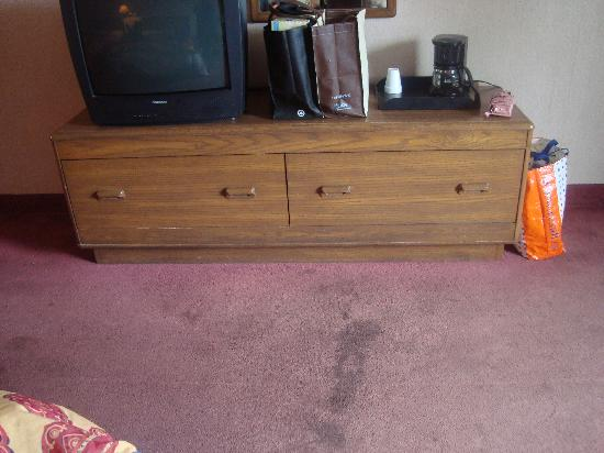 Lincoln Motor Inn Fallsview: Dresser with one working drawe..
