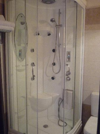 Doupiani House Hotel: la douche avec jets, musique et lumiére multicolore
