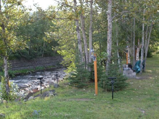 Motel des Cascades : petite rivière paisible