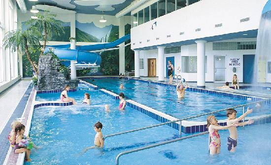 Alliston, Canada: Indoor pool, 100ft waterslide, whirlpool & sauna