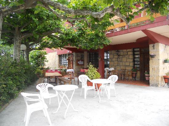 Azkue Hotel: outdoor sitting area