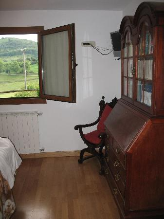 Azkue Hotel: Nicely furnished room