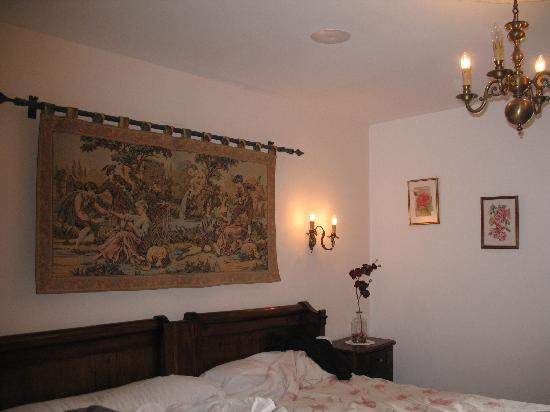 Azkue Hotel: Tapestry above our bed