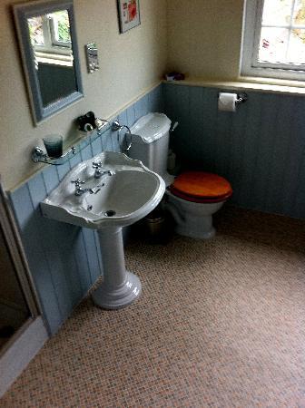 Scalby Hayes Bed & Breakfast: The Bathroom of The Waterside Room