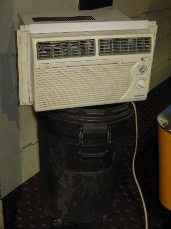 Best Northland Prairie Inn : Air conditioner being used as a dehumidifier in the pool atrium.