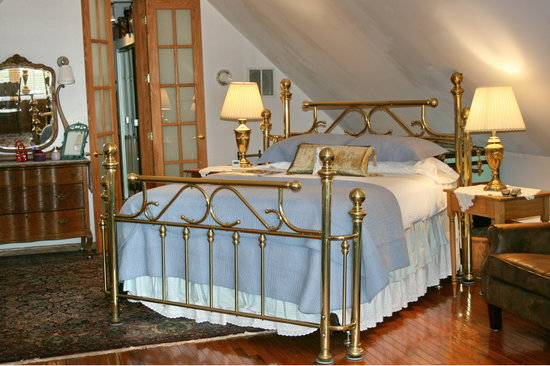 House of Two Urns Bed and Breakfast: Our Alcova is our most spacious room, great for 3 friends or a family of 5