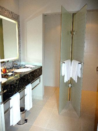 Steigenberger Grandhotel Handelshof: Bathroom