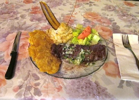 Restaurant Hacienda Latina: This churrasco with chimi churri and tostones was excellent: tender and tasty.