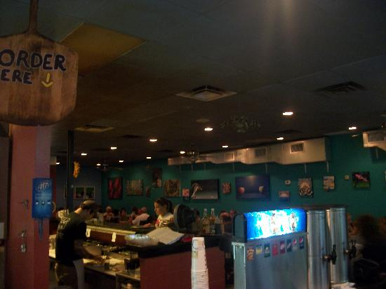Moon River Pizza: The look from inside the front entrance into the dining area