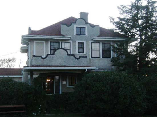 Triangle Ranch Bed & Breakfast: The front of the house