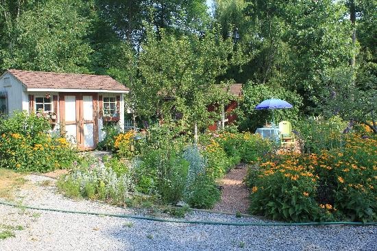 Applewood Hollow Bed and Breakfast: Lovely Gardens
