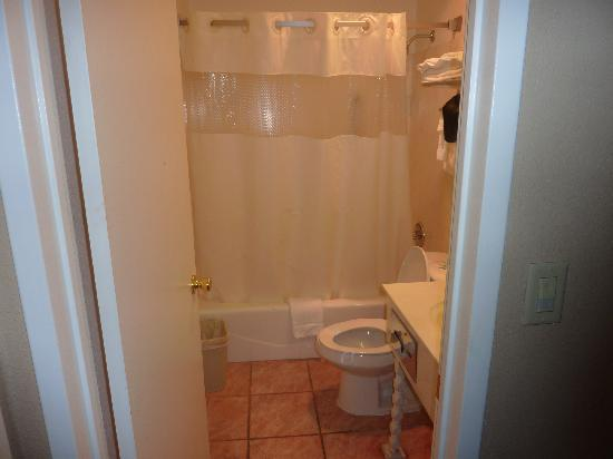 Surf City Inn & Suites : Room 120 Bathroom
