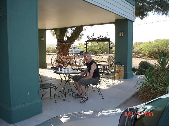 Super 8 Wickenburg AZ: outdoor breakfast at the Super 8 Wickenburg