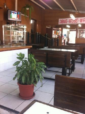 Hotel Ambassador: Cafetería-panadería. Almuerzos a $2.50. Servicio regular, comida buena