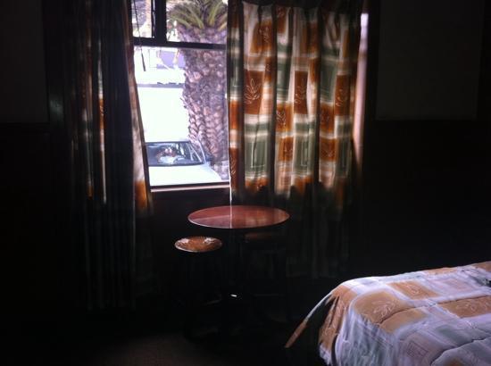 Hotel Ambassador: Poca privacidad! y falta remodelar, piso desnivelado