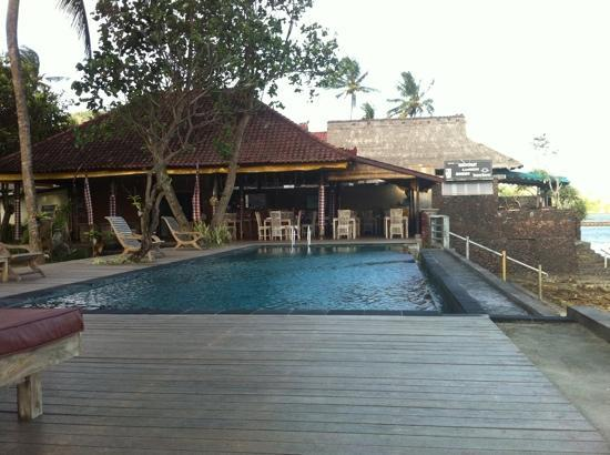 Candidasa, Indonesien: The pool and restaurant