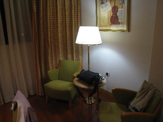 Tryp Malaga Alameda Hotel: Chairs & table