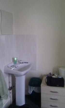 The Pier Hotel, Porthcawl : Sink in the room