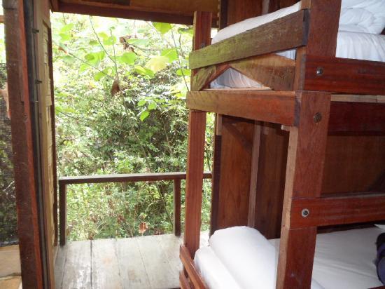 ปากันนากัน ดี ทรอปิคัล รีทรีท: a double bed (which had mosquito netting) and 2 bunks (which didn't) with a small balcony open t