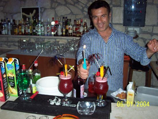 Prince Of Lillies: manos doing cocktails