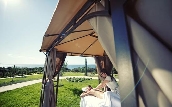 Falkensteiner Hotel & Spa Iadera: Massage im Freien - Hotel & Spa Iadera