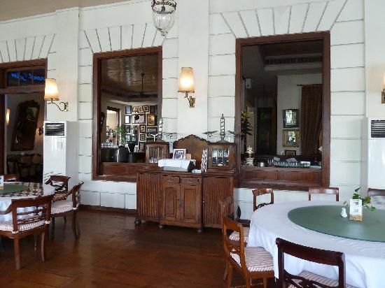 Alte Kolonialmöbel Und Spiegel Bild Von Cafe Batavia Jakarta