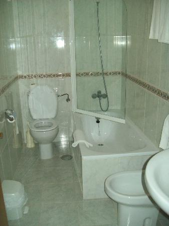 Hotel San Lorenzo: Baño con mampara descubierta, sucio