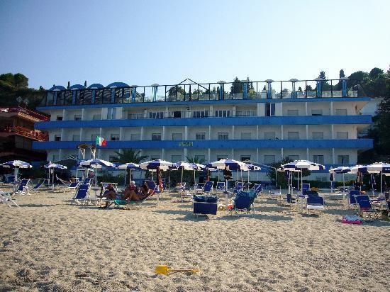 Soverato, Italy: L'hotel visto dalla spiaggia