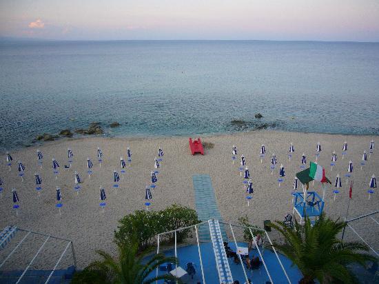 Soverato, Italy: La spiaggia dell'hotel
