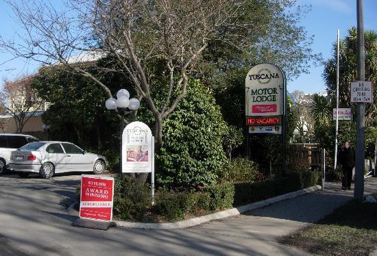 Tuscana Motor Lodge: signage