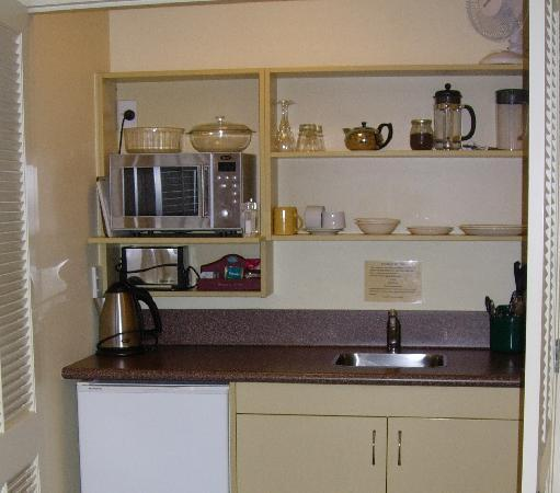 Tuscana Motor Lodge: tidy kitchenette