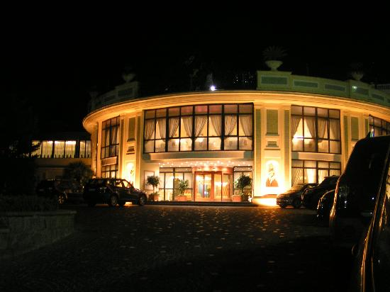 Grand Hotel la Pace: The hotel entrance at night