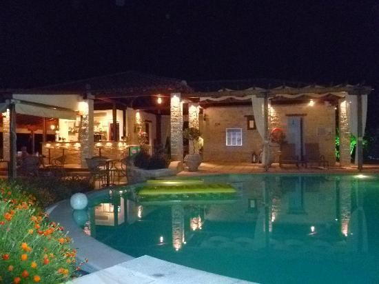 Country Inn Hotel: Country Inn at night