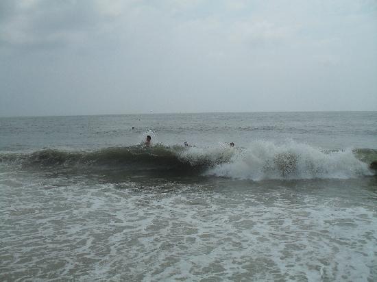 Atlantic Hotel: waves on the beach