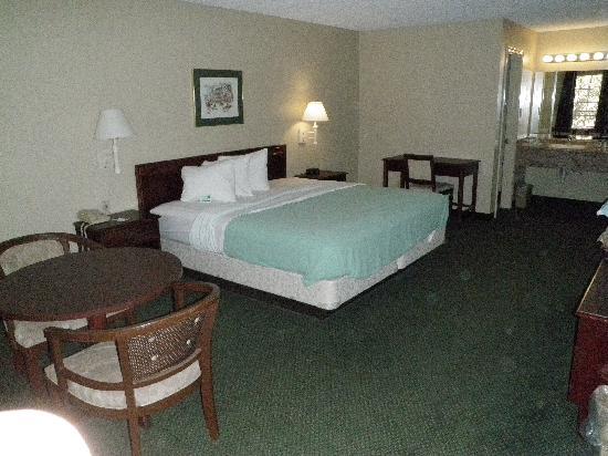 Rodeway Inn: standard guest room