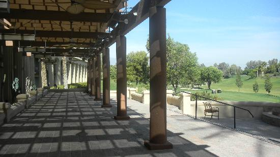 Hyatt Regency Indian Wells Resort & Spa: patio near the terrace restaurant