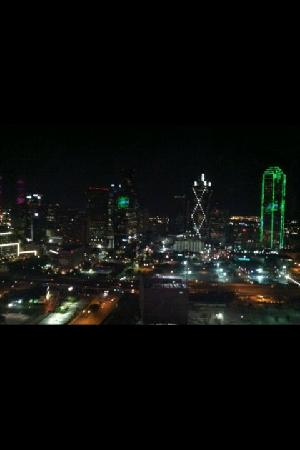 W Dallas Victory Hotel: Opposite side of room Nighttime View of Dallas Skyline!
