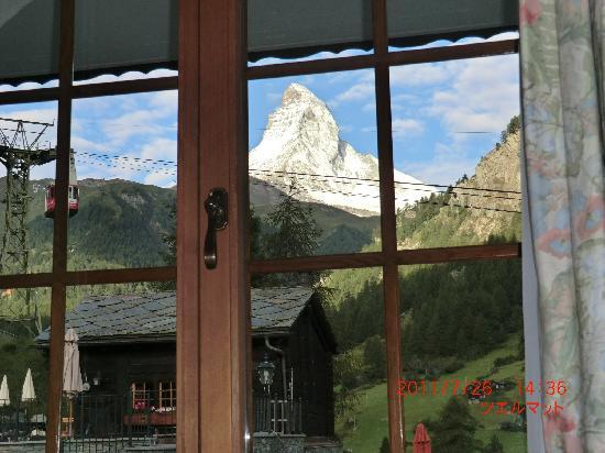 Hotel Berghof Zermatt: 部屋の窓からマッターホルンが一望。