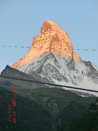 Hotel Berghof Zermatt : 朝日に輝くマッターホルン。