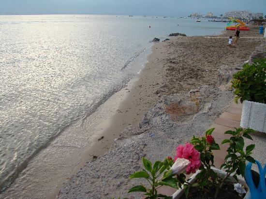 Hotel ROC Doblemar: Mini-playita del mar menor desde terraza bar dados
