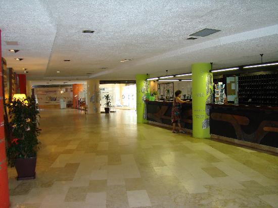 Hotel ROC Doblemar: Recepción. Al fondo, restaurante
