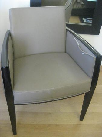 โรงแรมบูติคโอ & บีเอเธนส์: Torn Upholstered Chair