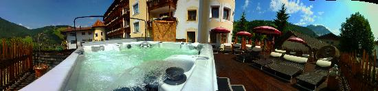 Wellnesshotel Almhof Call: outdoor whirlpool