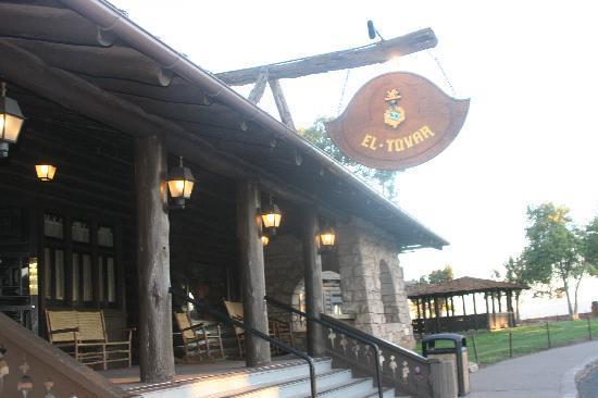 Front entrance to the El Tovar
