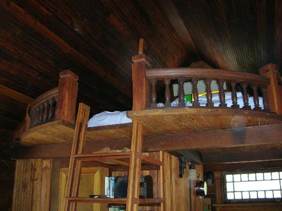 The Homestead Cottages: Loft to the King-Sized Bed