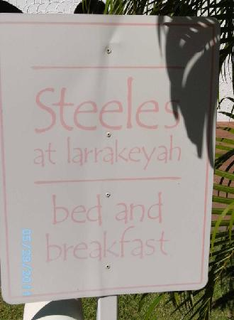 Darwin City Bed and Breakfast: Entrance sign, not easy to read at night