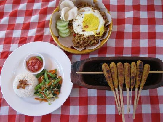 Lily Amed Beach Bungalows: Warung Enak Dinner