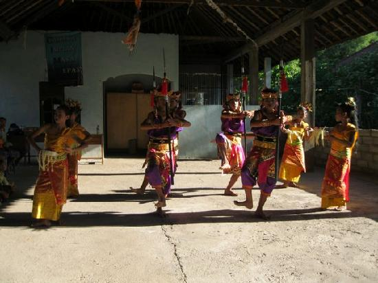 Lily Amed Beach Bungalows: Sunday Children's Dance Performance