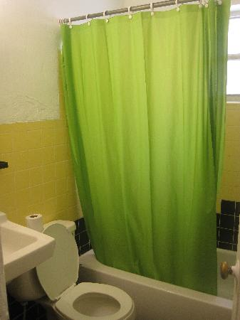 Miami Beach International Traveler's Hostel: Bathroom